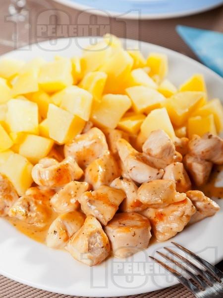 Задушени домашни пилешки хапки от гърди (филе) със сметана и гарнитура варени картофи на тиган - снимка на рецептата